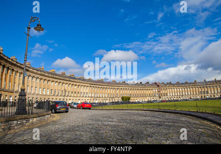 Une vue sur la magnifique architecture géorgienne du Royal Crescent à Bath, Somerset. Banque D'Images