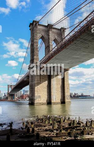 New York City, New York, USA. Le 8 avril 2016. Vue de Manhattan sous le pont de Brooklyn, USA vu à New York le 8 Banque D'Images