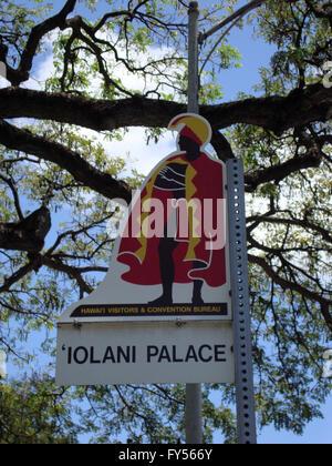 Palais Iolani Street Sign Marker sur Oahu, Hawaï avec branche d'arbre, un ciel bleu avec des nuages. Iolani Palace Banque D'Images