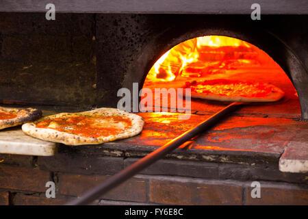 À l'intérieur d'un four à pizza au feu de bois pizzas cuites au four en étant célèbre restaurant italien à Naples, Banque D'Images