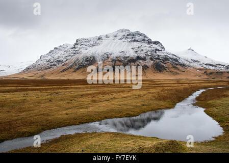 Islandais typique paysage de montagne dans le sud-est de l'Islande avec montagne couverte de neige et reflétée sur Banque D'Images