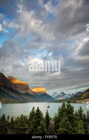 Lever du soleil sur le lac de Saint Mary et Wild Goose Island dans le Parc National de Glacier dans le Montana Banque D'Images