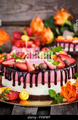 Deux plis délicieux gâteau au fromage aux fraises (gâteau) décorées avec des baies fraîches et chocolat Banque D'Images