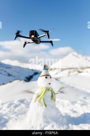 L'Espagne, les Asturies, drone volant dans les montagnes enneigées Banque D'Images