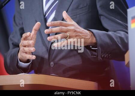 Hanovre, Allemagne. Apr 24, 2016. Le président américain Barack Obama des gestes aussi il prononce une allocution Banque D'Images
