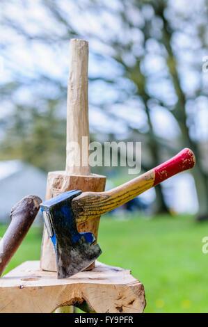 Une main ax sur un bloc de bois après avoir été utilisés pour former une poignée.