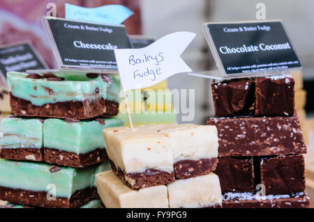 Divers en vente fudges at a market stall : Bailey's Irish Cream, Chocolat et noix de coco Gâteau au fromage. Banque D'Images