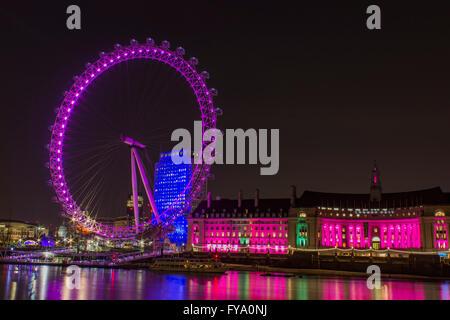 Londres, Angleterre - 8 Avril 2016: Westminster London Eye et les bâtiments éclairés avec des lumières rose le 8 avril 2016.