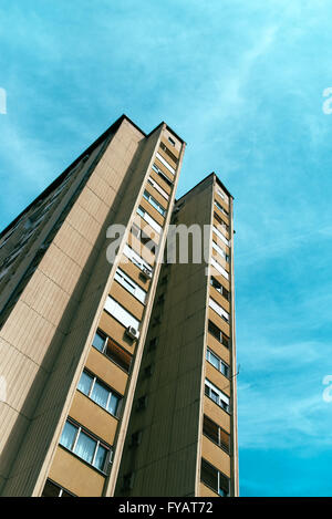 Par exemple, l'architecture socialiste de haut gratte-ciel résidentiel immeuble, low angle view, tons rétro Banque D'Images