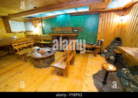 Intérieur d'un restaurant conçu en bois avec bar Banque D'Images