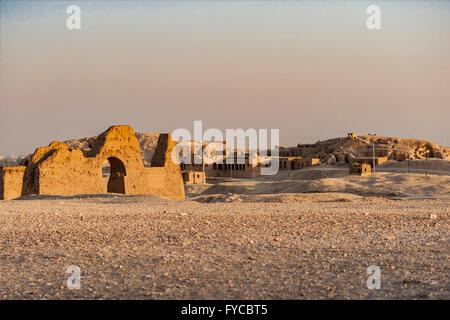 Droit de ruines dans le désert en Temple de la Reine Hatsepsut, Égypte. Banque D'Images