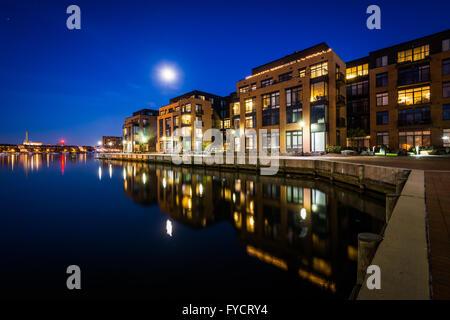 La pleine lune sur un bord de l'immeuble de Fells Point, Baltimore, Maryland. Banque D'Images