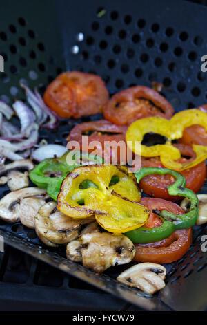 Légumes grillés sur un gril Banque D'Images
