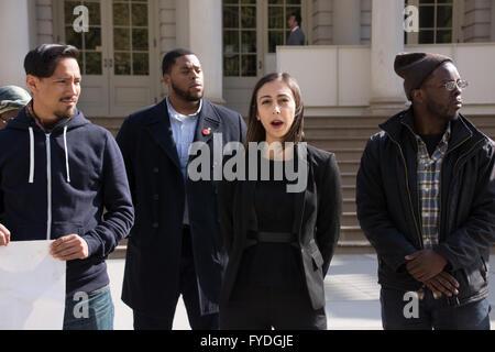 New York, USA. 25 avril 2016. Luna Droubi, avocat de la famille de David Felix, appel sur New York's DA pour porter Banque D'Images