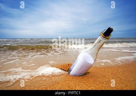 Message dans la bouteille de l'océan. Billet d Banque D'Images