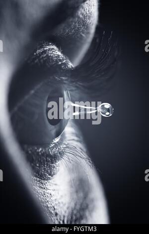 Santé de l'œil et la vision concept. Détail de l'élève et la larme goutte d'eau Banque D'Images