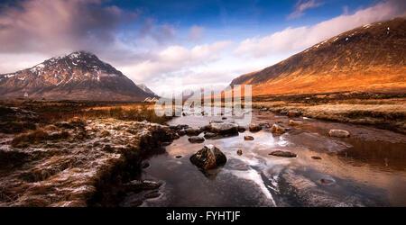 La rivière gelée Etive en haute Rannoch Moor dans l'ouest des Highlands d'Écosse. Banque D'Images