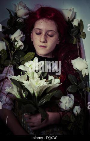 Meurtre, jeune fille allongée dans l'eau, scène romantique Banque D'Images