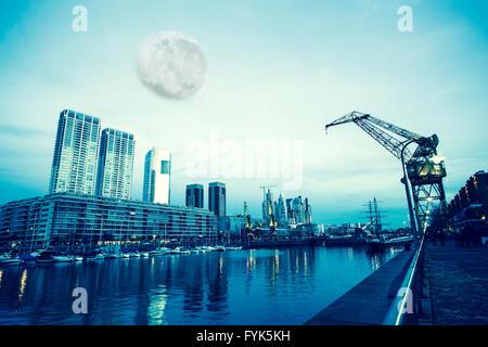 Lune au-dessus de Puerto Madero à Buenos Aires Banque D'Images