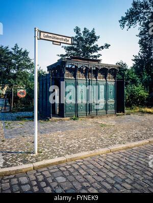 Août 1986, les anciens toilettes publiques, 1899 Lohmühlenstrasse street sign, Treptow, Berlin Ouest, l'Allemagne, Banque D'Images