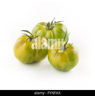 Trio de tigre vert entier frais mûrs tomates dans différentes tailles sur un fond blanc, composite view Banque D'Images