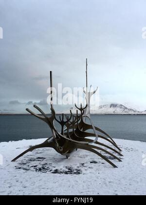 Bateau Viking sculpture à Reykjavik, Islande, avec vue sur la mer Banque D'Images