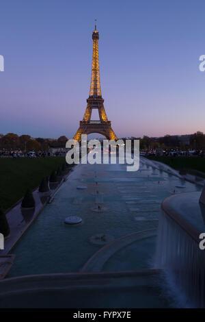 Tour Eiffel en soirée, Paris, France, Europe Banque D'Images