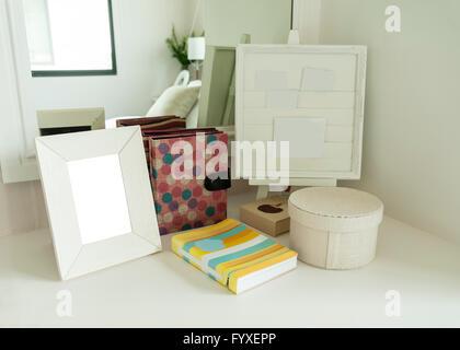 Cadre photo et livre sur une commode dans une chambre à coucher Banque D'Images