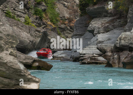Groupe de touristes Saute-moutons sur Shotover River à Arthurs Point, Queenstown, Otago, New Zealand's South Island. Banque D'Images