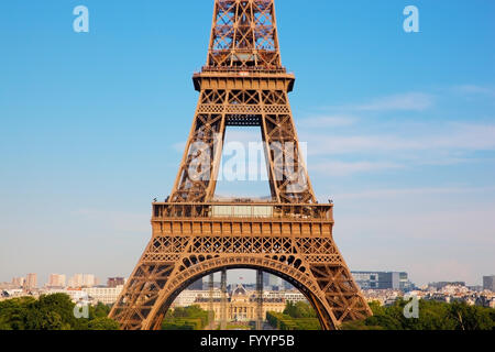 Au milieu de la partie de la Tour Eiffel Banque D'Images