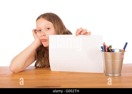 Démoralisé enfant montre une feuille blanche Banque D'Images
