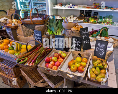 La production rurale traditionnelle farm shop intérieur avec des fruits et légumes frais locaux en vente UK Cotswolds Banque D'Images