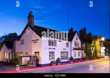 Le pub Legh Arms à Prestbury Village, la nuit, près de Prestbury, Macclesfield, Cheshire.