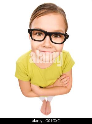 ... Petite fille portant des lunettes, mauvaise vue, concept portrait  fisheye, isolé sur fond 02f4ba780436