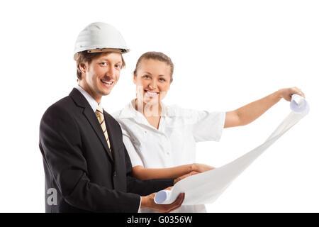 Un architecte portent un casque et un collègue de travail