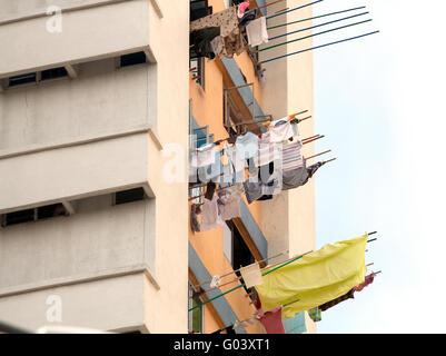 Blanchisserie hanging out de fenêtre pour sécher. Singapour re Banque D'Images