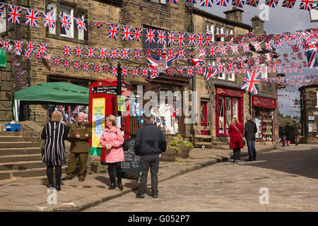 Royaume-uni, Angleterre, dans le Yorkshire, Haworth 1940 Week-end, Route principale couverte de union jack bunting Banque D'Images