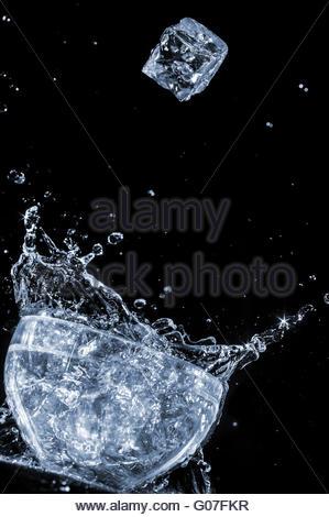 Ice Cube motion eau vague gouttes splash Banque D'Images