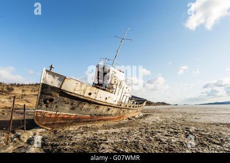Le seul navire gelé dans la zone CIEM du lac Baikal