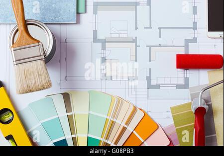 Peintre et décorateur table de travail avec house project, échantillons de couleur, la peinture au rouleau, pinceau Banque D'Images