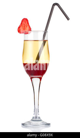 L'alcool en tranches avec cocktail strawberry isolated on white Banque D'Images