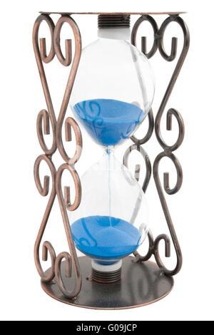 Avec Hourglass sable bleu dans un cadre en métal isolé Banque D'Images