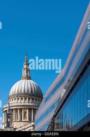La coupole ornée de la Cathédrale St Paul situé contre l'architecture moderne Banque D'Images