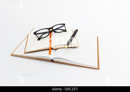 Stylo plume et les verres d'oeil sur les ordinateurs portables. Banque D'Images