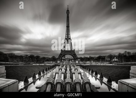 La Tour Eiffel et Trocadero au lever du soleil avec des nuages en mouvement rapide, Paris, France. Noir et blanc. Banque D'Images