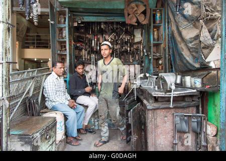 Les Indiens locaux non identifiés posent pour l'appareil photo le mécanicien de la rue Old Delhi en Inde. Banque D'Images