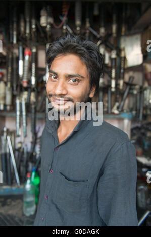 Mécanicien indien local posent pour l'appareil photo la rue de vieux Delhi en Inde. Banque D'Images