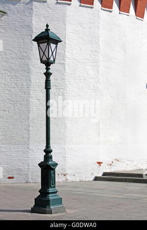 Old style lampe de rue en face du mur de whit Banque D'Images
