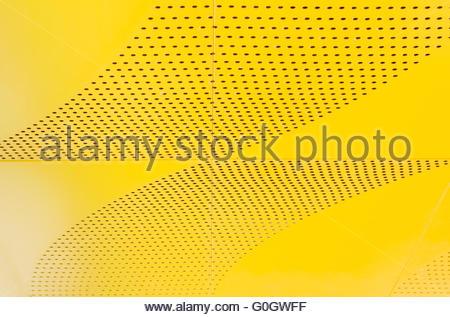 Métal brillant industriel liste jaune sur fond de texture. Banque D'Images