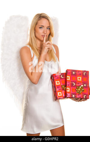 Les anges pour Noël avec des paquets et des cadeaux.